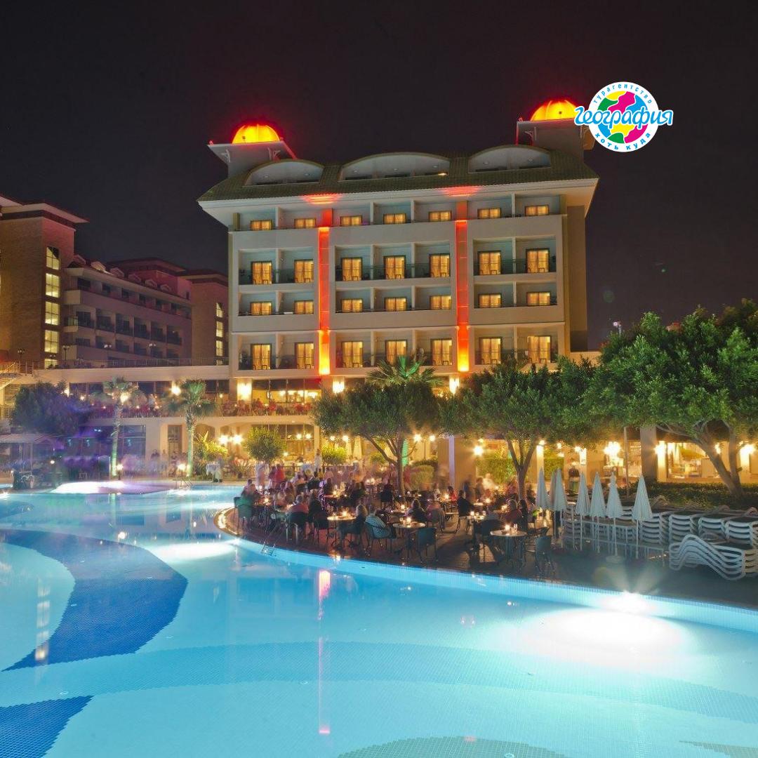 Отель преследует ощущением праздника от входа до кромки моря