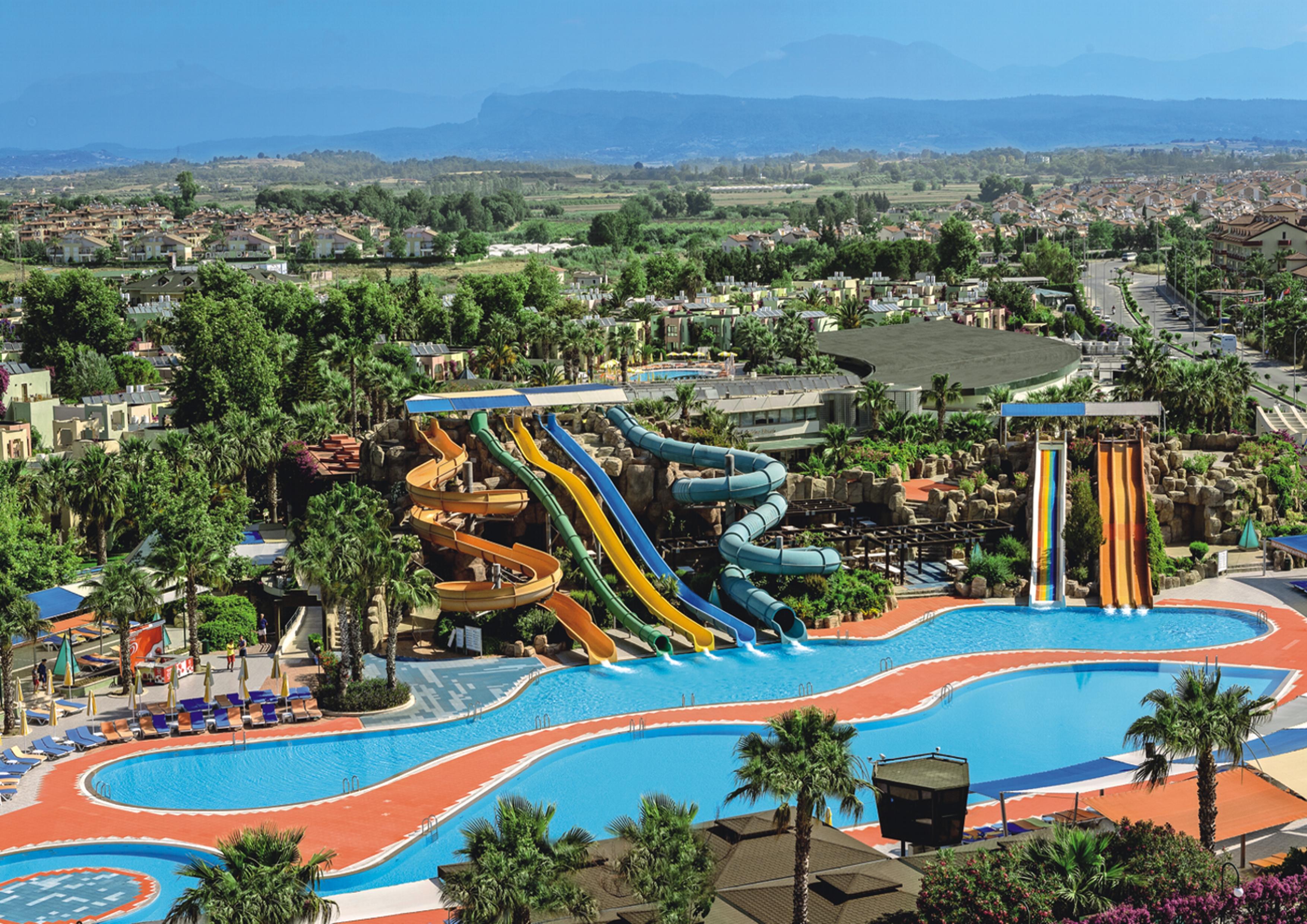 На территории Golden Beach расположен аквапарк с 13 горками